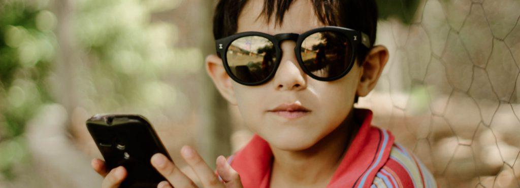 Foto van kind met telefoon